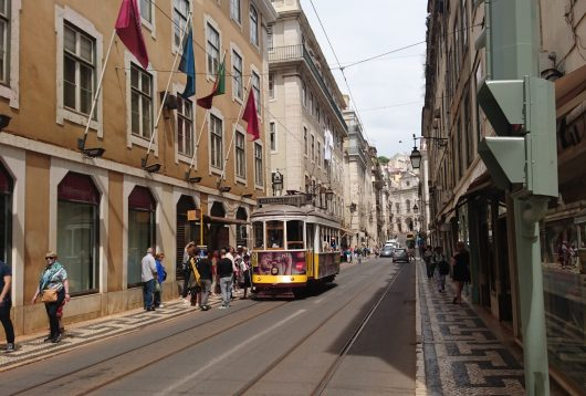 lisbonne tram jaune