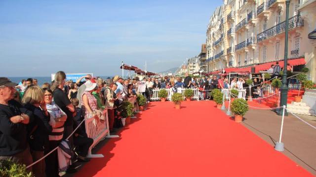 festival-du-film-de-cabourg-le-tapis-rouge-dans-lattente-des-stars_0